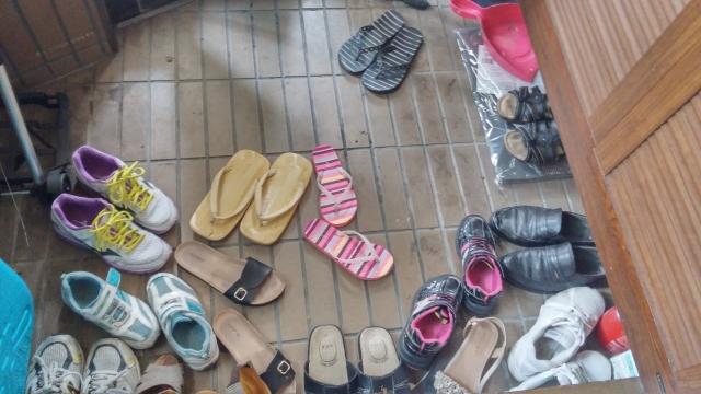 靴で散らかった玄関