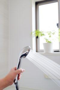 シャワーから出したお湯で四方の壁を温める